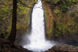 Columbia Gorge Hiking Tours :: Our 5-day all-inclusive adventure provides 1st class lodging around the Columbia and Mt. Hood, plus hikes to beautiful lakes & waterfalls, and whitewater rafting.